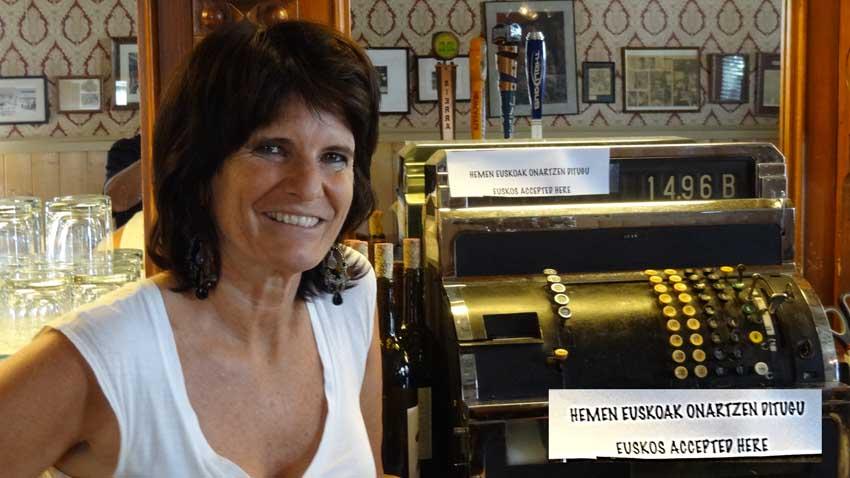 Marie Louise Lekumberry. El JT de Garnerville admite en Nevada los euskos como moneda para pagar las consumiciones (foto EuskalKultura.com)