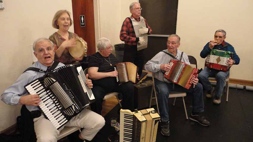 He is also a music aficionado.  Here Dave Lachiondo (first on the left) playing with Basque friends in Boise (photo EuskalKultura.eus)