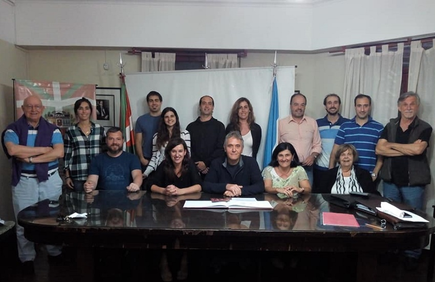 Jasone Agirre (seated second from the left) yesterday in la Plata along with the Basque club board of the directors