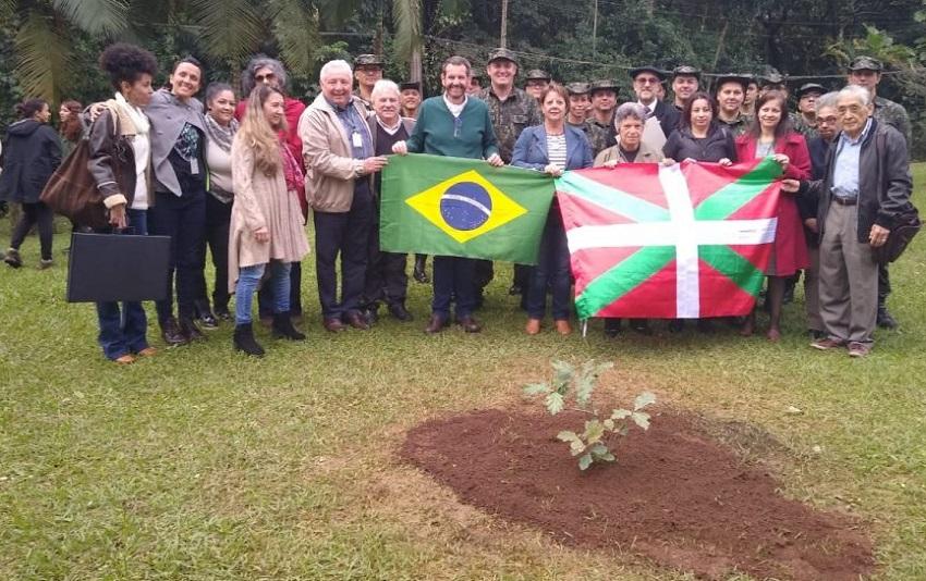 En el Día Internacional del Medio Ambiente, vasco-brasileros plantaron un retoño del Roble de Gernika (foto Secretaria de Infraestrctura y Medio Ambiente de San Pablo)
