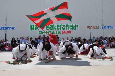 Bakersfieldeko euskal piknik festako irudia, dantzariak elkartearen pilotalekuan