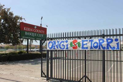 Bakersfield-eko Kern County Basque Club-en esparrurako sarrera, salmentarako zabaldu baino pixkat lehenago (arg Maria Toretta)