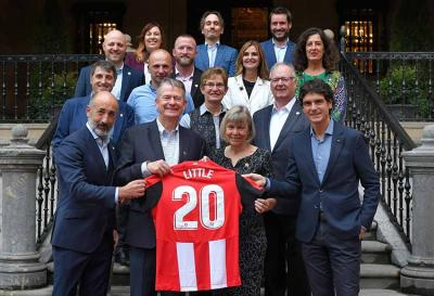 Governor Little and his wife with Unai Rementeria and Aitor Elizegi with an Athletic Jersey with his name on it during his visit to the team's headquarters (photo Athletic)