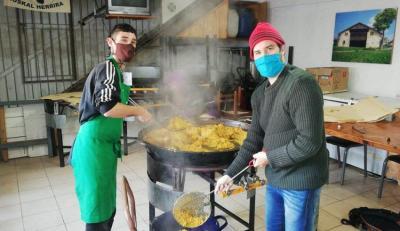 San Nicolaseko Euskal Etxeko sukaldari gazteak paella prestatzen, maskarila eta distantzia errespetatzen