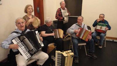 También es aficionado a la música. En la Imagen Dave Lachiondo (primero por la izda) tocando con amigos vascos boiseanos (foto EuskalKultura.eus)
