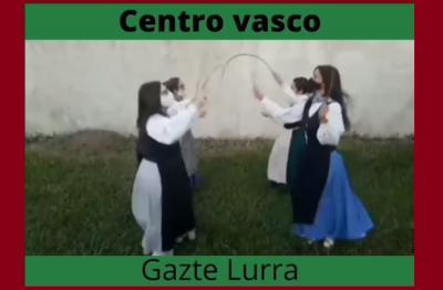 Las neskak de Gazte Lurra bailaron 'Arku Dantza' para el video del Día del Dantzari