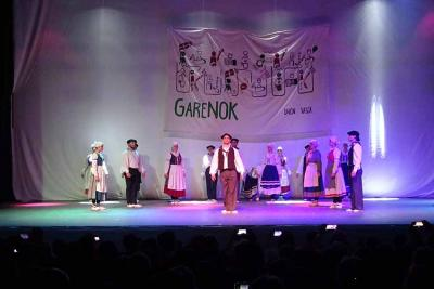Aurresku at the Festival on Saturday night at the Gran Plaza Theater in Bahia Blanca (photos EuskalKultura.eus)