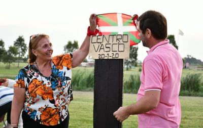 The Ongi Etorri Basque Club in Magdalena planted an oak in Memory Park