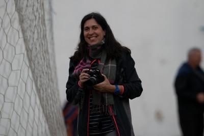 Maru Maiztegui desarrolla su actividad desde Euskal Etxea de San Nicolás. En la imagen, cámara en mano