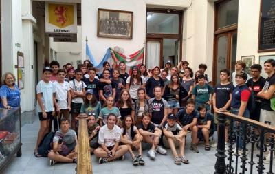 Rugbiers del Collège Marracq de Baiona en el Centro Vasco Francés-Iparraldeko Euskal Etxea