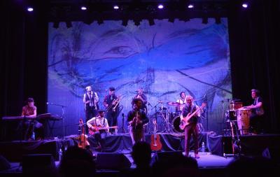 El grupo TikTara sobre el escenario en plena actuación
