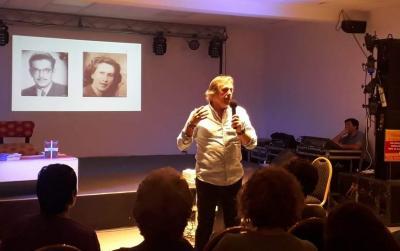Liburua aurkezteko, lana inspiratu zuten bere gurasoen historia kontatu zuen Pedro Arana Urionabarrenechea (argazkia EE)