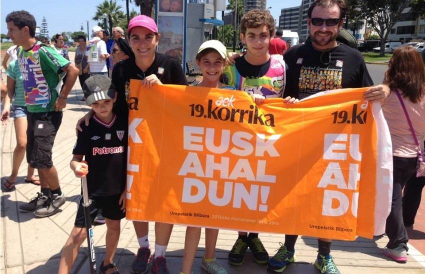 Mónica Rojas Turpaud y su familia participando de la Korrikan 2015 organizada en Lima por la Euskal Etxea