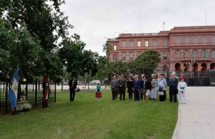 Tree of Gernika near the Casa Rosada