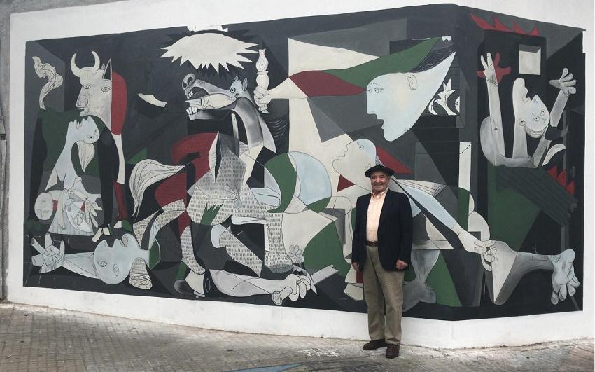 El acordeonista y socio del Centro Baldomero Anso, oriundo de Navarra, frente al mural