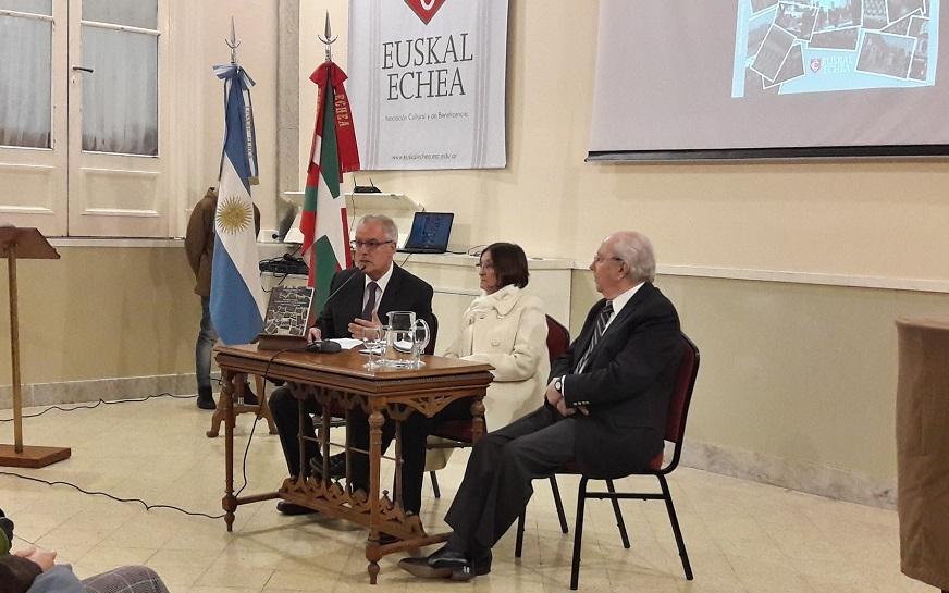 Authors Magdalena Mignaburu and Josu Legarreta along with the president of the Euskal Echea, Enrique Fagoaga