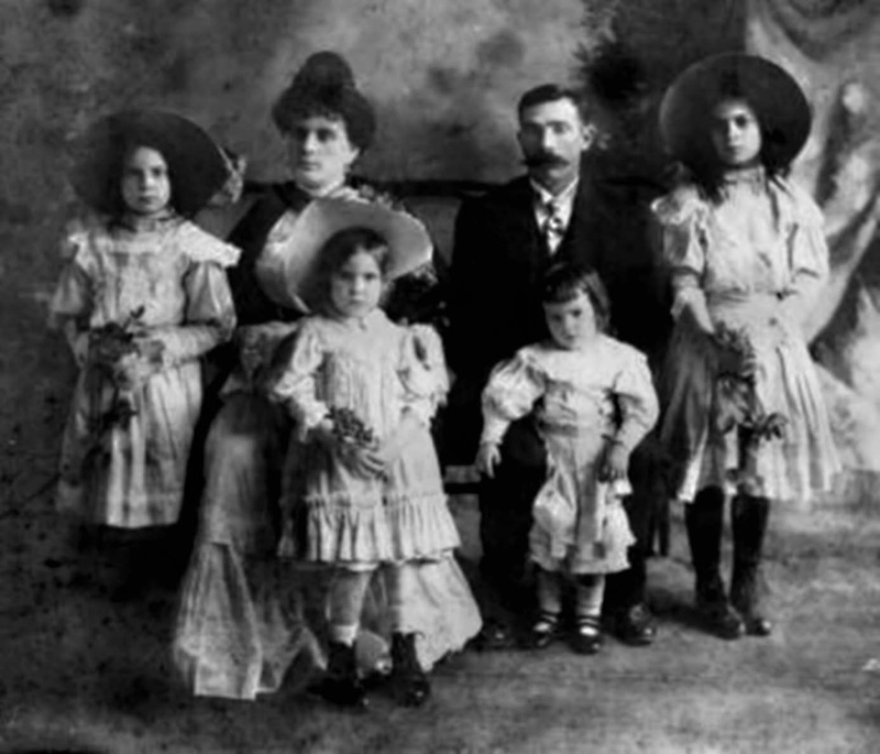 The family of Guinea Lopez de Arana in Mexico, during the better times at La Escondida (photo Javier Castro)