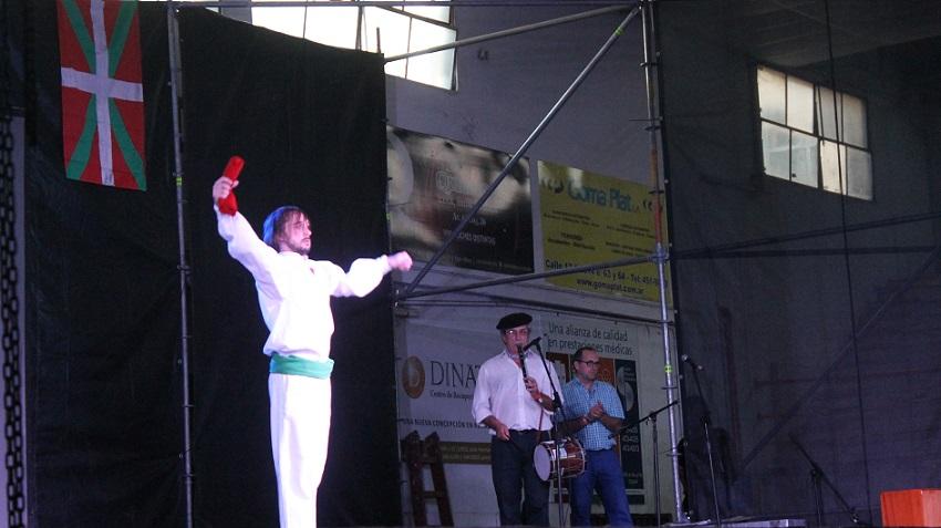 Ohorezko Aurreskua etxe anfitrioiko Mariano Azcarate dantzariaren esku