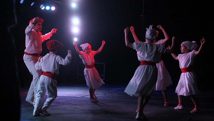 Euzko Etxea: dantzari txikiak, txalo handiak