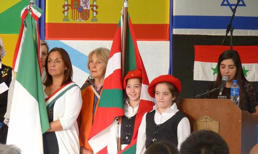 Etorritakoengatik euskal etxeko banderadunak hiriko Topaketa Multikulturalean (argazkiak EE)