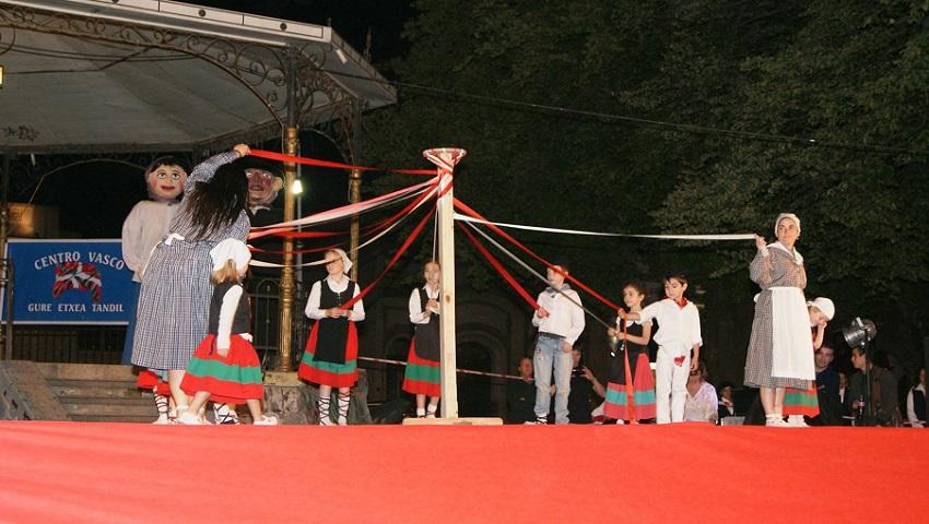 Tandilgo dantzari txikiak ere igo ziren oholtzara