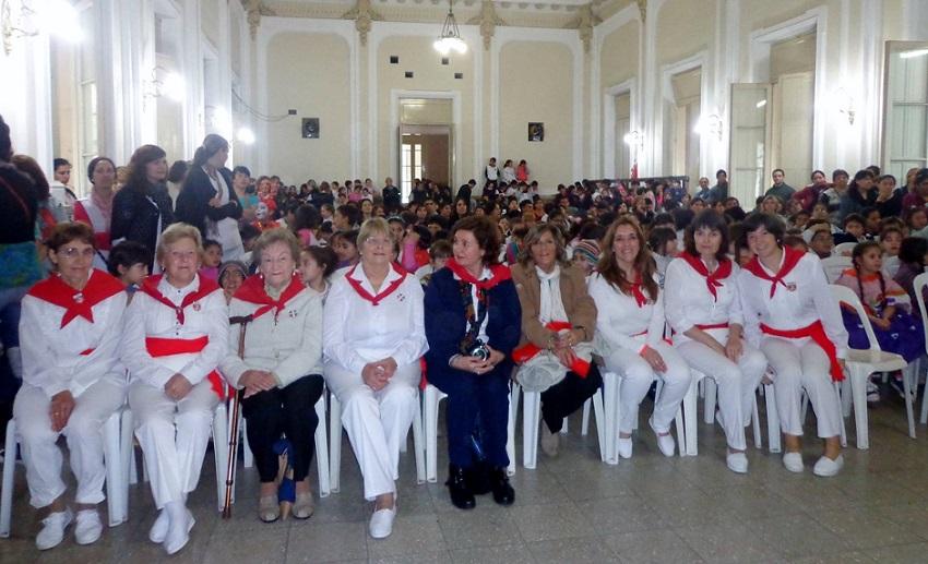 Azulgo euskal etxeko dantzariak Kultur Aniztasunaren Errespetu Eguneko zeremonian (argazkia EE)