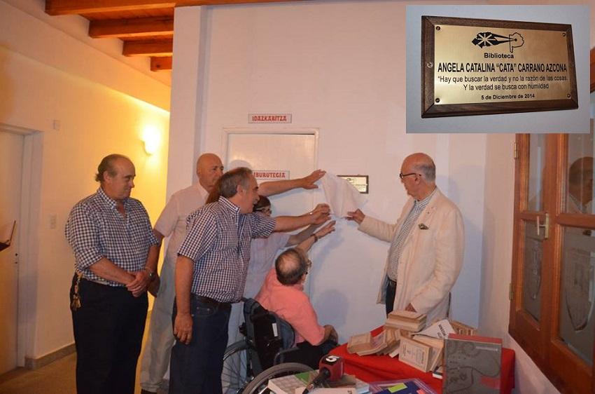 Descubrimiento de la placa recordatoria en la inauguración de la biblioteca 'Ángela Catalina Carrano Azcona' de Saladillo