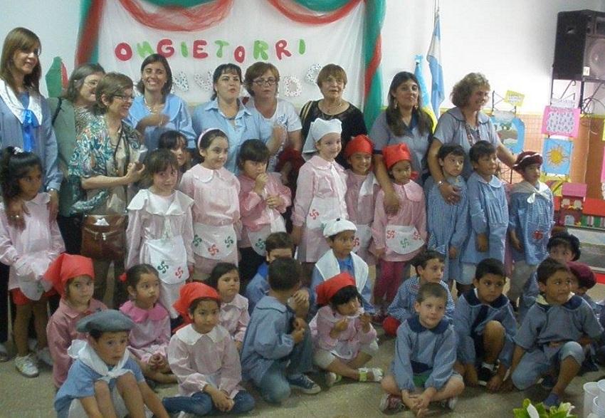 Representantes de la euskal etxea rodeadas por alumnos y maestras del Jardín Nº 904