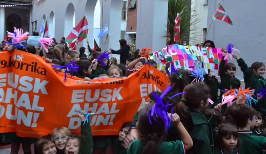 En la sede de Capital del Colegio Euskal Echea, participaron de la carrera a favor del euskera alumnos, docentes y directivos de los tres niveles. Cada aula representó a un pueblo de Euskal Herria y pasando el testigo de mano en mano y de pueblo en pueblo