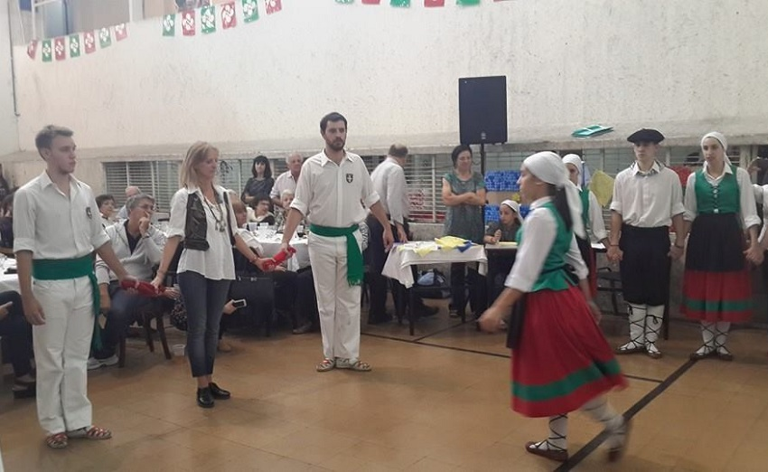 En el Laurak Bat, danzas, taska y tamborrada