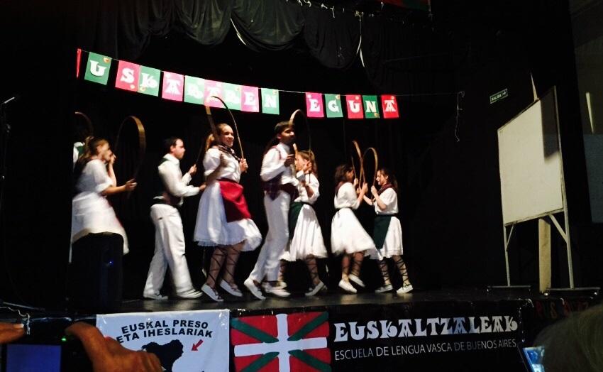 Euskaltegiko dantzariak