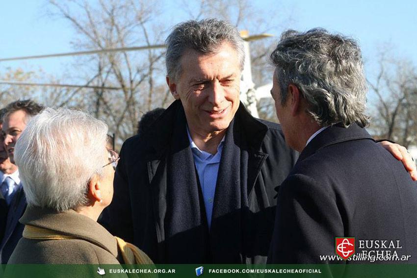 Mauricio Macri presidente argentinarra Euskal Echea-ko Izaskun Ordoqui eta Jose Luis Barrosekin (argazkia Euskal Echea)