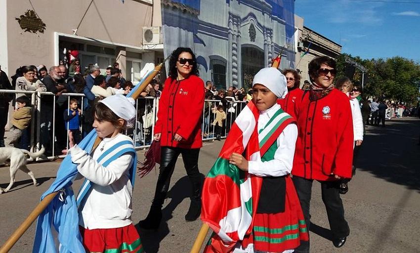 The Euskaldunak Denak Bat Basque club in the anthem and the parade