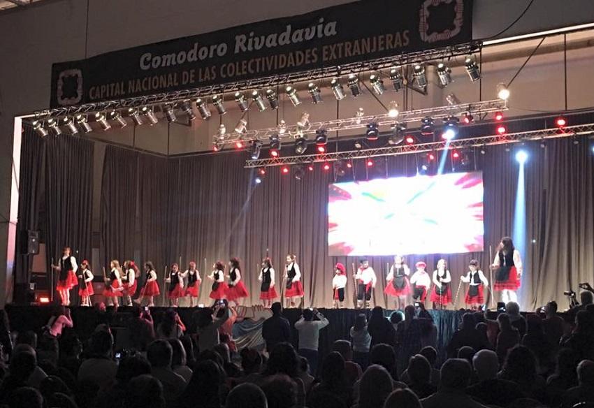 50 dantzaritik gorako taldea