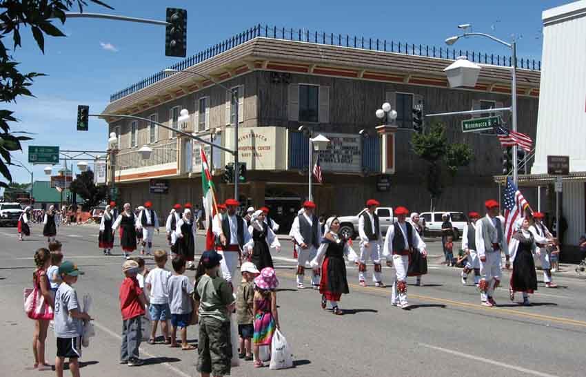 Euskal Jaiko desfilea Winnemuccan (argazkia Ken Lund)