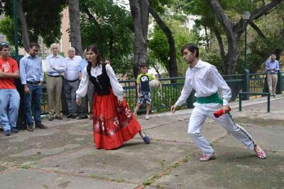 Egun Caracaseko lehendakari den Ibane Azpiritxaga bere arrebarekin aurreskua dantzatzen Aberri Egunaren aurreko edizio batean
