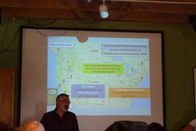 En  la imagen de archivo, el investigador especializado en temas de diáspora Pedro J. Oiarzabal explicando el proyecto 'Memoria bizia' (foto EuskalKultura.eus)