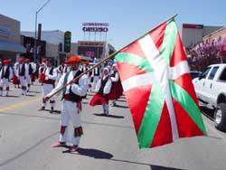 El dantzari boiseano John Krakau sostiene la ikurriña en un desfile de Oinkari en Elko, Nevada (foto JE-Euskal Kultura)
