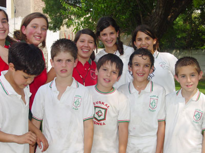 Grupo de alumnos y alumnas del Colegio Euskal Echea (foto JE-Euskal Kultura)