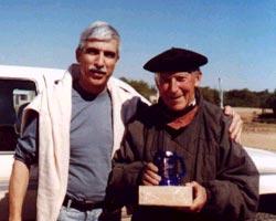 José Cristian Echavarría (izda), nuevo presidente del Centro Kotoiaren Lurra del Chaco, junto al miembro honorario aita Seberiano Aiastui
