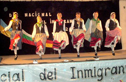 Un momento de la actuación del grupo adulto de dantzaris de Kotoiaren Lurra en la ciudad de Breñas (Chaco)