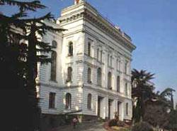 Fachada principial de la Universidad Estatal de Tbilisi, capital de la República de Georgia, en el Cáucaso. Tbilisi está hermanada con Bilbao