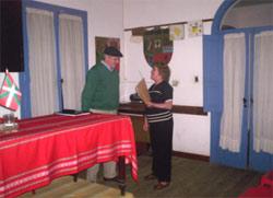 Sonia Armendáriz, presidenta del CV de Chacabuco, haciendo entrega de un presente a Cesar Arrondo (foto Revista Mundo Vasco)