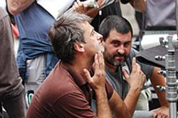 Los directores de la comedia euskaldun 'Aupa Etxebeste!', Asier Altuna y Telmo Esnal, en una de las jornadas de rodaje del film