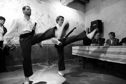 Un aurresku a cargo de dos dantzaris de Sara y una txistulari dio inicio al acto (foto Iker Azurmendi)