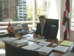El nuevo delegado de Euskadi en Chile Jon Erdozia, en su despacho de la Delegación en Santiago