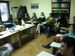 Los alumnos polacos durante su visita al euskaltegi de Etxebarri, en Bilbo (foto Ulibarri)