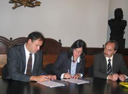 Hector Javier Darnay (Villa Mercedeseko ordezkari), Alejandra Iturrioz (Ordiziako alkatea) eta Roberto Gonzalez (Villa Mercedeseko ordezkari) hitzarmena sinatzen