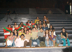 Fermin Muguruza (erdian) UNAMeko euskara ikasleekin Mexiko hiriburuan egin zuen elkarretaratzean