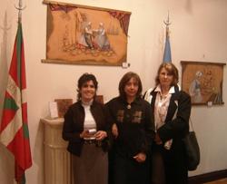 Olga Muniain, Lili Garro y Diana Crawley, que talló en madera los escudos de ambas artistas vascoargentinas (foto EuskalKultura.com)